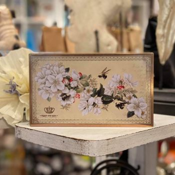 Nostalgisk boks med blomstermotiv